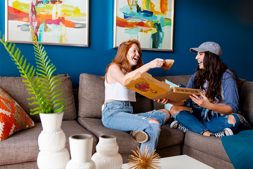 Evolve Companies 811 East Downtown Knoxville Luxury Apartments Living Room Pizza